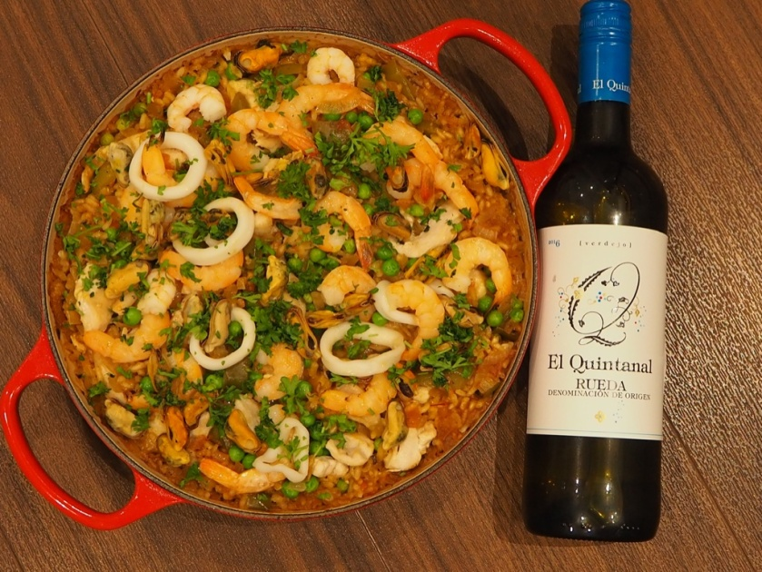 Паэлья с курицей и морепродуктами и бутылка испанского вина Вердехо